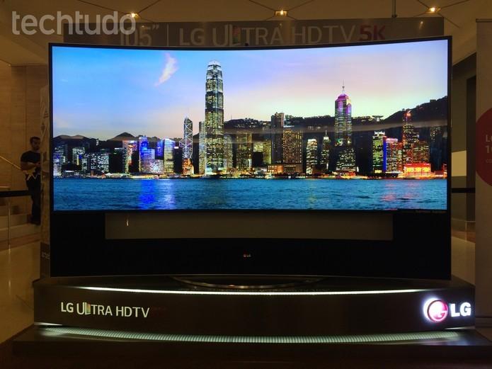 Smart TV de 105 polegadas traz qualidade de imagem em 5K (Foto: Marcelo Paiva/TechTudo)
