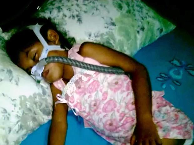 Com doença genética rara, pequena Samylly corre risco de morrer sempre que dorme (Foto: Reprodução/TV Mirante)