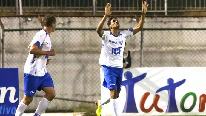 Diego Felipe comemora gol do Avai contra a Portuguesa (Foto: Rodrigo Gazzanel / Agência estado)