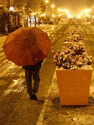 Turista caminha por Gramado durante a queda de neve (Foto: Wesley Santos / Agencia Estado)