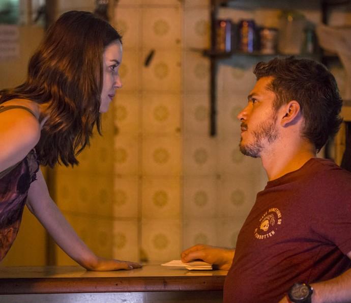A professora de balé segue os passos de Alex e o encontra em um bar (Foto: Felipe Monteiro / Gshow)