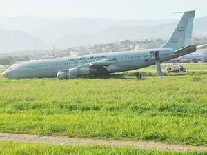 Avião da FAB nesta segunda-feira (27) no aeroporto de Porto Príncipe, no Haiti (Foto: Thony Belizaire/AFP)