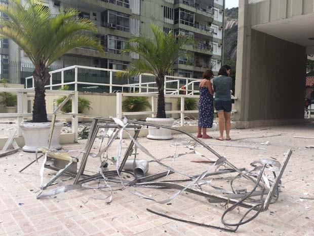 Janela do prédio que explodiu caiu em prédio vizinho. (Foto: Matheus Rodrigues/G1)