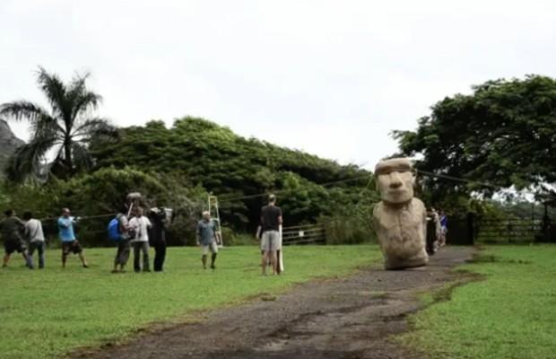 Pesquisadores simulam transporte de réplica de moai, grande estátua de pedra da Ilha de Páscoa (Foto: Reprodução/YouTube)