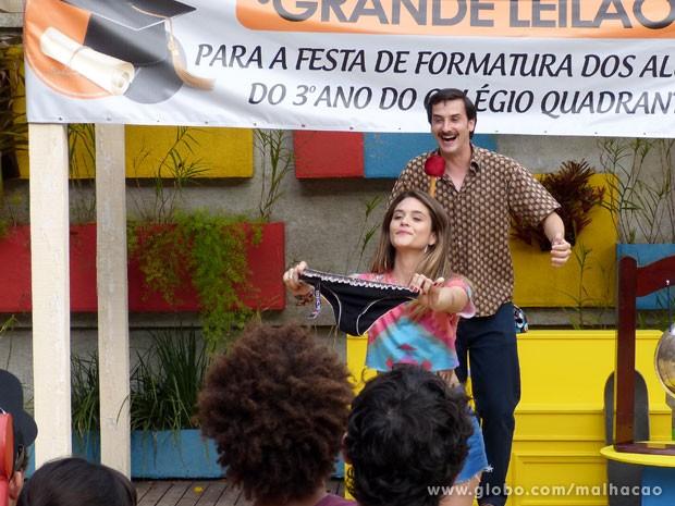 Fatinha exibe a calcinha que será leiloada!!! (Foto: Malhação/ TV Globo)