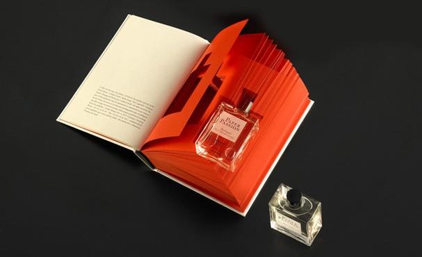 Recorte no meio das páginas esconde o frasco de perfume (Foto: Divulgação)
