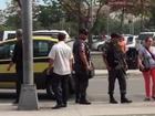 Vídeo: taxista impede colega de pegar passageiro no Rio e PM observa
