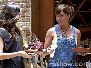 Clara acha graça e diz que Cadu jamais aceitaria (Foto: Em Família/TV Globo)