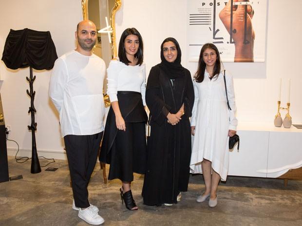 O curador Samer Yamani, com algumas das designers durante a abertura da exposição. (Foto: Bruno Simões)
