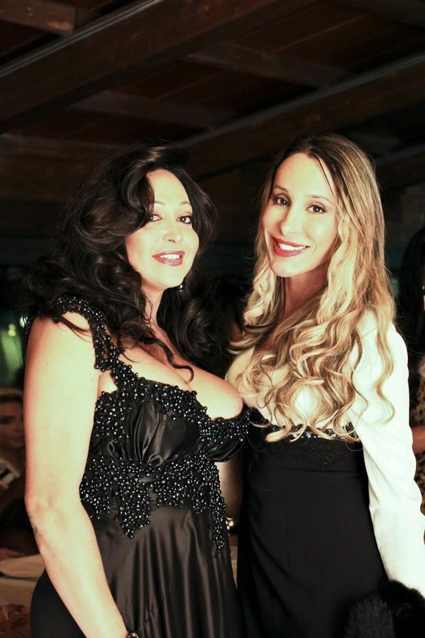 Karoline d'lemarki, organizadora do evento, e Carol Marra, na Itália (Foto: Divulgação)
