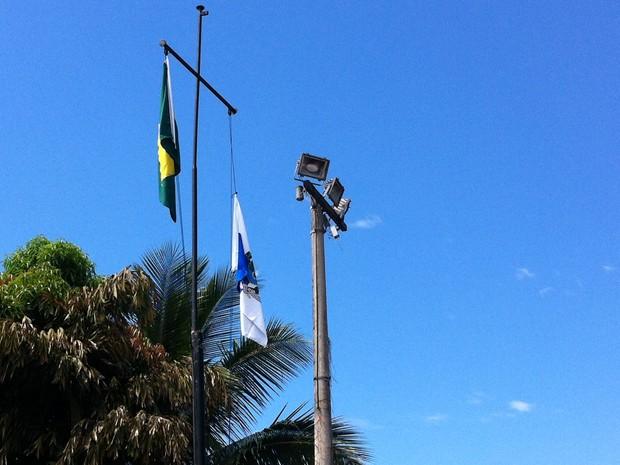 Bandeiras hasteadas no Parque Alegria, no Caju (Foto: Tássia Thum/ G1)