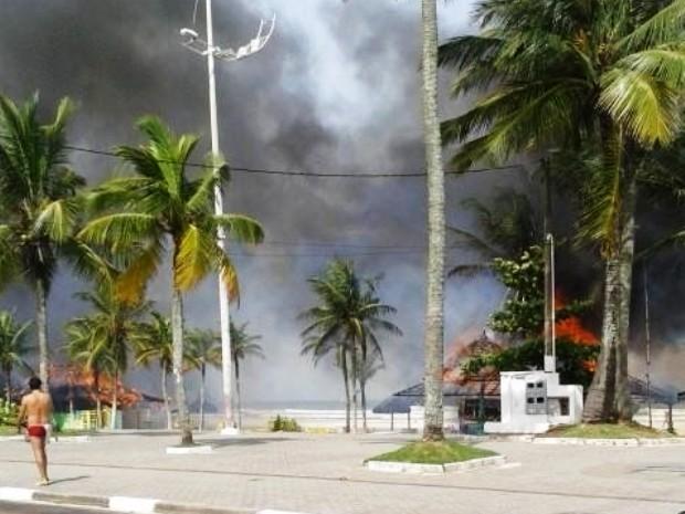 Incêndio atinge quiosques na praia da Enseada, em Guarujá (Foto: Andrey Michael / Arquivo Pessoal)