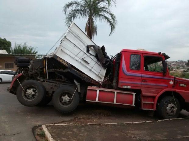 Motorista da carreta não se feriu (Foto: Divulgação / Visão Notícias)