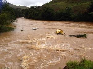 Carros dentro do Rio Itabapoana (Foto: Narayana Borges/Inter TV)