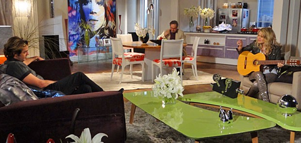Rosário só reclama para o empresário sobre as colegas (Foto: Cheias de Charme / TV Globo)