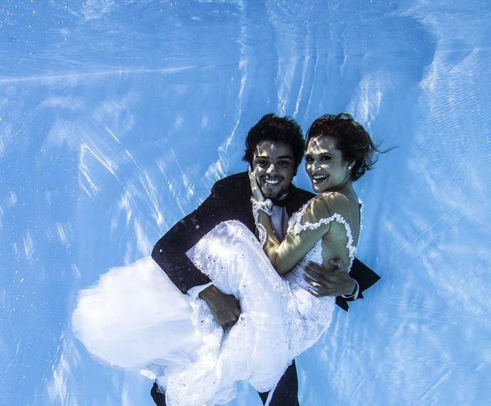 Rodrigo Simas e Juliana Paiva fotografam embaixo d'água