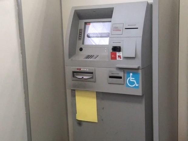 Suspeitos usam maçarico para furtar caixa eletrônico de agência em Brotas (Foto: Misael Mainetti/EPTV)