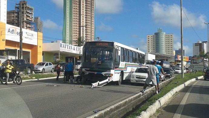ônibus botafogo-pb batido (Foto: Eduardo Pontes)