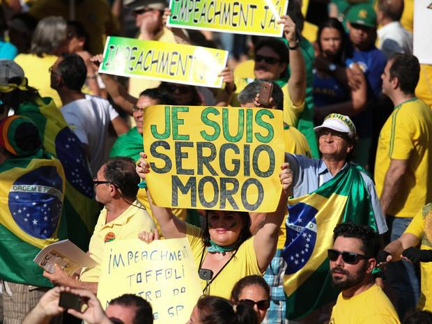 SÃO PAULO - Manifestante exibe faixa em apoio ao juiz federal Sérgio Moro, responsável pela Operação Lava Jato, durante protesto na Avenida Paulista (Foto: Fábio Tito/G1)