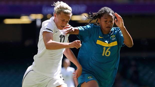 renata costa brasil Hannah Wilkinson nova Zelândia futebol londres 2012 (Foto: Agência Reuters)