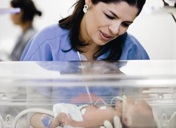 """Com Noah, que nasceu de 28 semanas de gravidez, Erika deixou de ser tão imediatista. """"Aprendi que tenho que comemorar as vitórias do dia a dia, e que não é sempre que vou ter o controle de tudo"""", diz. Ele está internado há dois meses. (Foto: Daniela Toviansky)"""