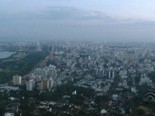 Terça-feira amanhece com tempo nublado em Porto Alegre (Foto: Reprodução/RBS TV)