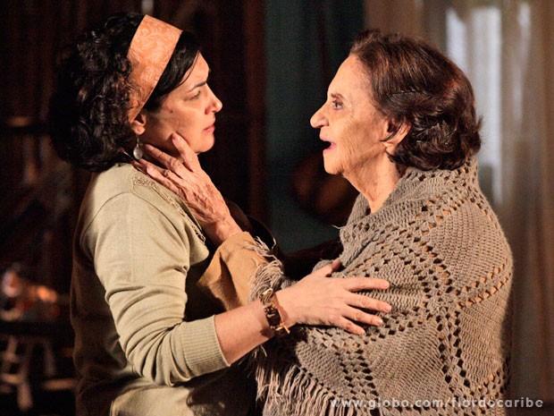 Maria Adília pede perdão a Veridiana (Foto: Flor do Caribe / TV Globo)