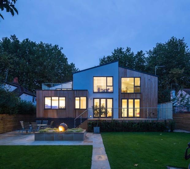 A casa vista ao anoitecer... (Foto: Divulgação/Nick Leith-Smith Architecture+Design)