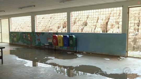 Alunos ficam sem aulas após chuva alagar escola em Nova Campina