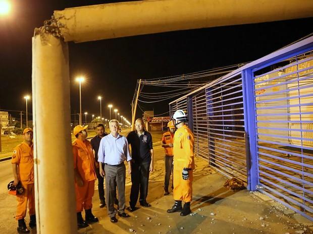 Governador Rodrigo Rollemberg visita área atingida por temporal em Samambaia, no DF (Foto: Corpo de Bombeiros do DF/Divulgação)