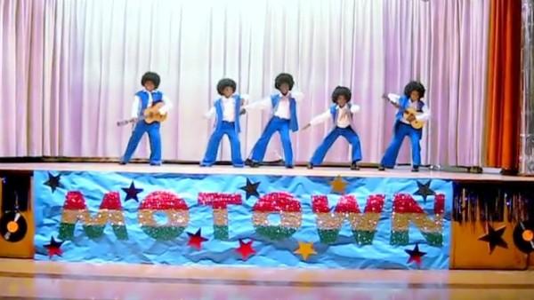 O grupo de crianças de Los Angeles fazendo cover dos Jackson 5 de Michael Jackson (Foto: Reprodução)
