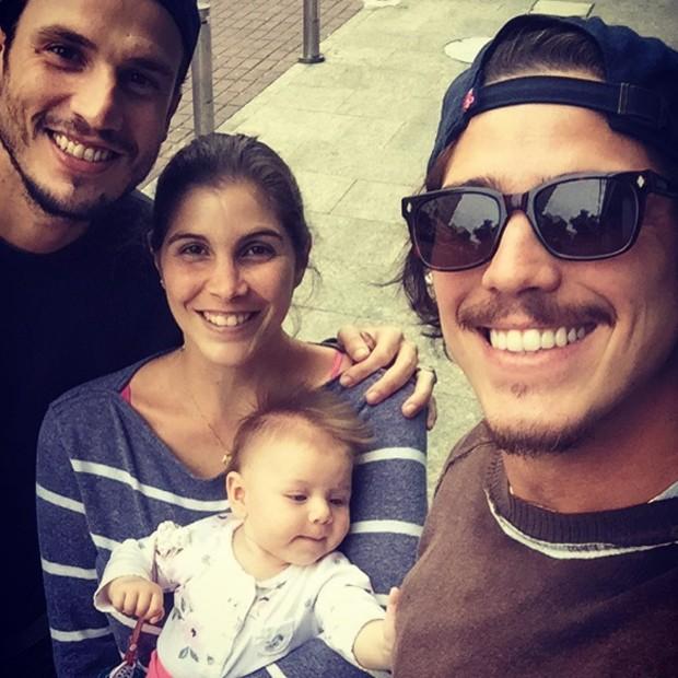 Romulo Neto com amihgos e a afilhada (Foto: Reprodução/Instagram)