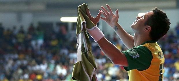 Falcão comemora gol no jogo do Brasil contra a Espanha no futsal (Foto: FIFA.com via Getty Images)
