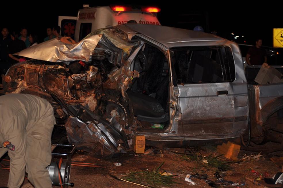 Caminhonete destruída em batida na BR-060 (Foto: Adejair Morais/ O Correio News)