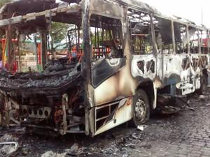 Ônibus que fazia a linha Cabo Frio x Búzios foi incendiado as 5h30 (Foto: Eduander Silva/Arquivo pessoal)