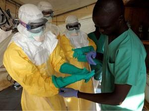 Agentes de saúde pública estão entre os que mais correm risco de contrair o Ebola (Foto: AFP/BBC)