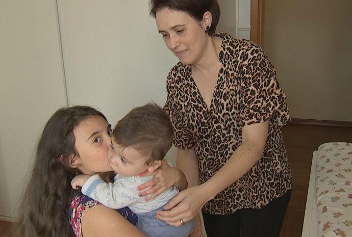 Ana Paula tem três crianças em casa e recebeu as dicas da psicóloga (Foto: Reprodução / TV TEM)