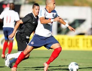 Ralf diputa bola com junior, Bahia e Corinthias (Foto: Eduardo Martins / Agência a tarde / AE)