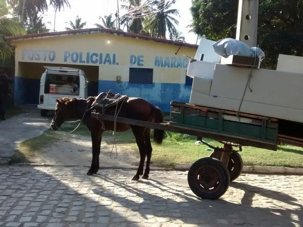 Usando uma carroça, população saqueia condomínio na praia de Maracajú, no RN (Foto: Divulgação/Prefeitura de Natal)