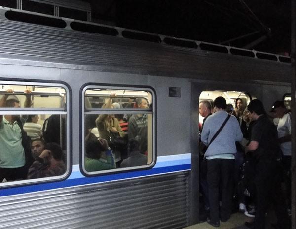 Passageiros enfrentam dificuldades para entrar em metrô. (Foto: Carolina Farah/G1)