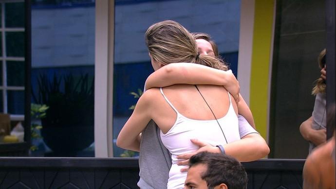 Ana Paula abraça Maria Claudia após decidir que vai continuar no jogo (Foto: Tv Globo)
