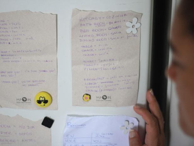 Filas de palavras em inglês coladas na geladeira vão ajudar Jussiane quando americanas chegarem (Foto: Mariana Frazão/ TV Globo)