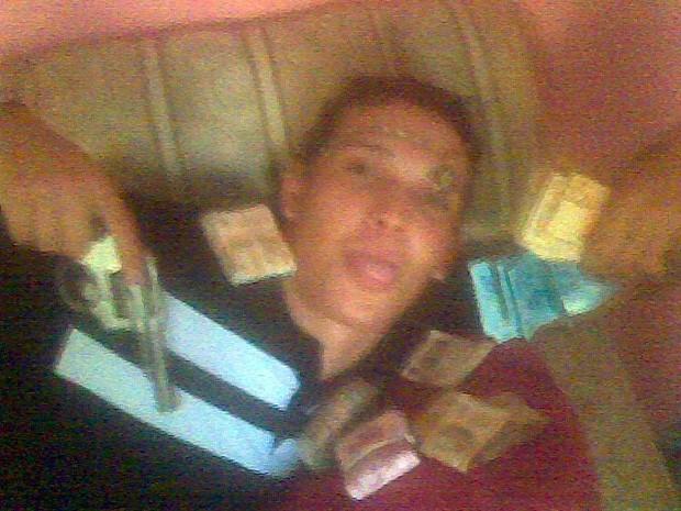 Foto em que assaltante se exibe foi encontrada em celular dentro de casa de suspeitos (Foto: Reprodução EPTV)