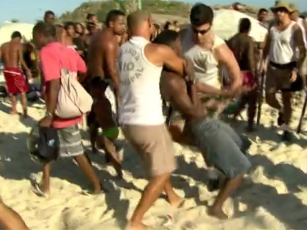Verão de 2015 teve cenas de tumulto nas praias do Rio (Foto: Reprodução/TV Globo)