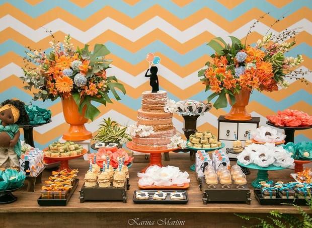 Mesa do aniversário de Sheron seguiu a mesma decoração do chá de bebê (Foto: Karina Martini)