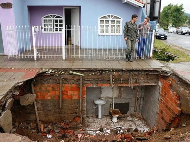 Buraco se abriu na manhã de terça-feira (1) (Foto: Ary Barbosa/Prefeitura de Lages)