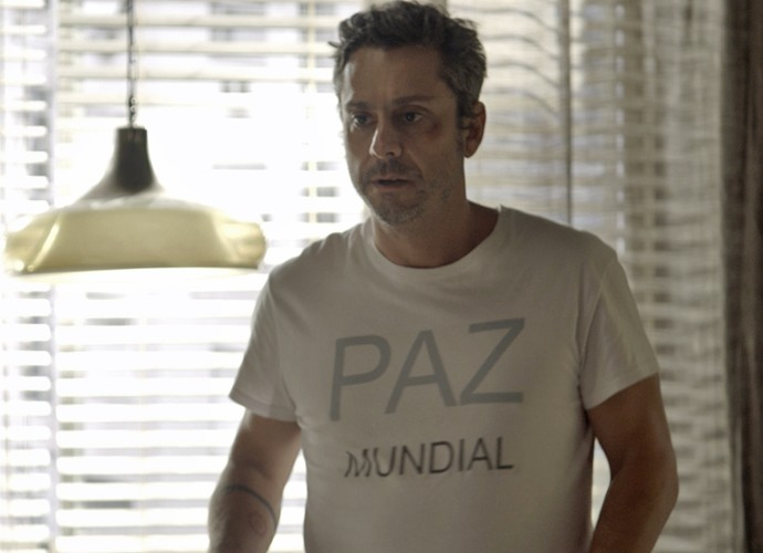 Romero tenta acalmar Tóia (Foto: TV Globo)