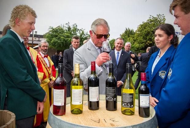 Príncipe Charles prova vinhos após chegar à Austrália para visita oficial nesta terça-feira (10) (Foto: Ben MacMahon/AP)