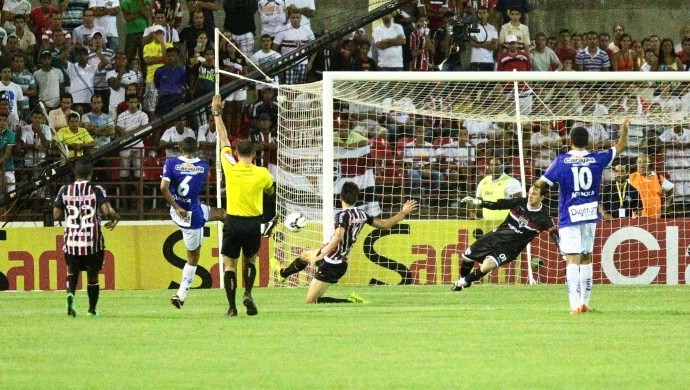 CSA X São Paulo, lateral mineiro faz o gol, mas arbitragem marca o impedimento (Foto: Jonathan Lins/G1)