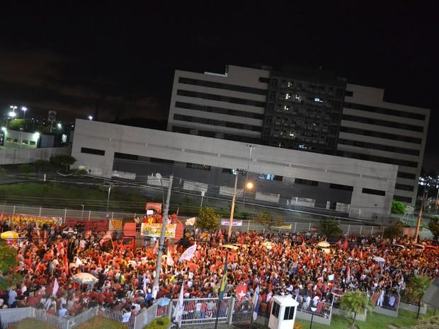 MAnifestantes pró-Dilma em frente à Rede Gazeta, em Vitória (Foto: Mariana Carvalho/ G1)